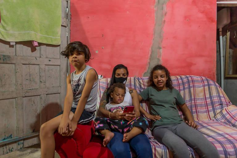 A vendedora Rita de Cássia tem quatro filhos (um está na creche e os outros três em escola Estadual) e somente um celular (o dela) para fazer as atividades da escola deles: Eloísa,12 anos, Emillyn, 9, Victor, 8, e Mirella, 1 e 9 meses