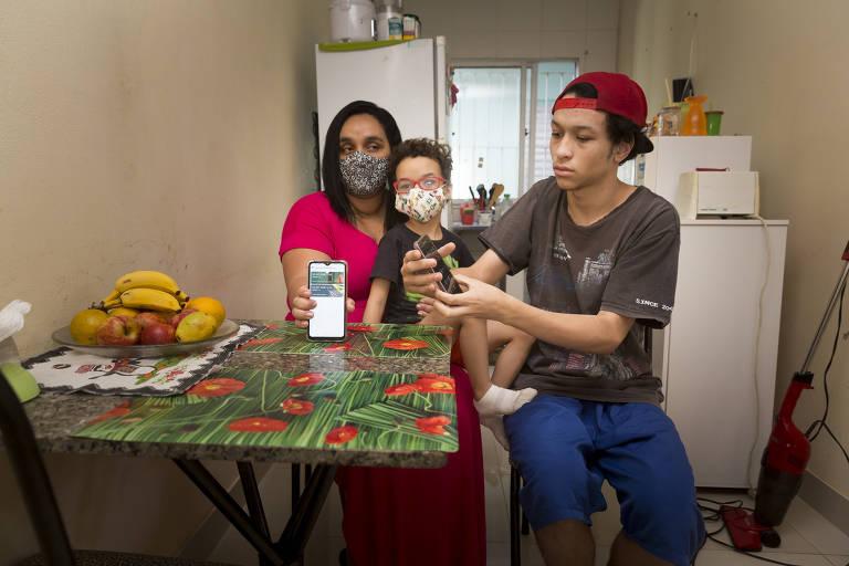 A desempregada Danielle Alves Leite tem dois filhos, Vitor, 5, e Danillo, 16; com sinal de internet fraco e sem computador, eles são obrigados a assistir às aulas pelo celular