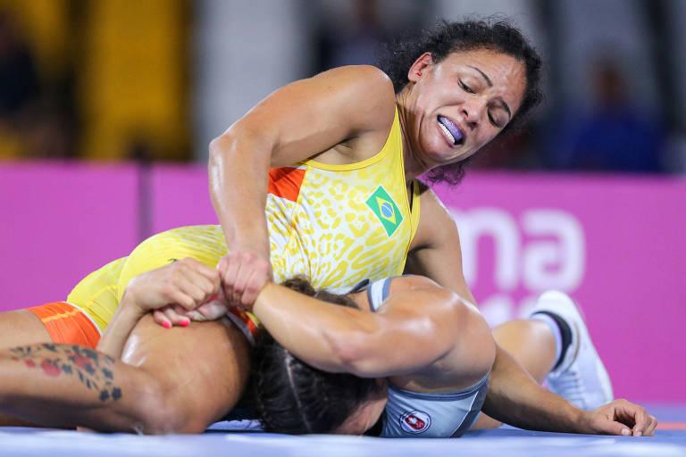 Aline Silva em luta com adversária
