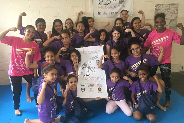 Garotas do programa social Mempodera, criado por Aline Silva