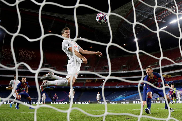 Lewandowski sobe sozinho para cabecear