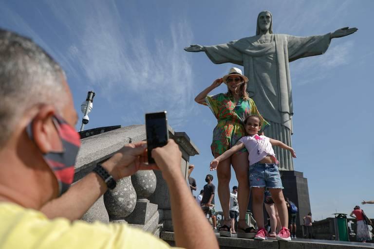 Cristo Redentor recebe turistas em dia de reabertura de pontos turísticos do Rio; veja fotos de hoje