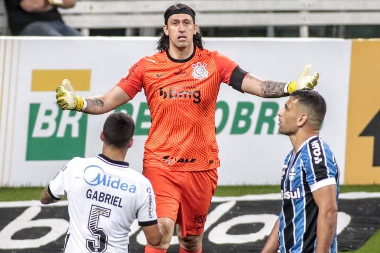 Diego Souza lamenta pênalti perdido, enquanto Cássio celebra