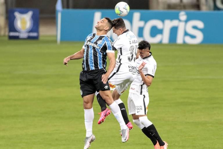 Diego Souza disputa bola com Danilo Avelas e Cantillo