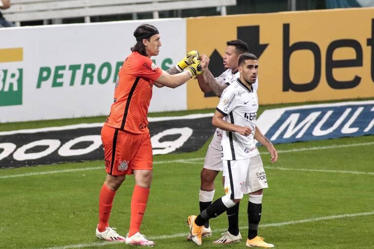 Cássio celebra pênalti perdido por Diego Souza