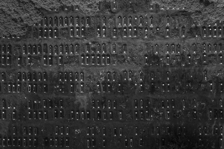 Túmulos cavados no chão visto do alto, a partir de drone