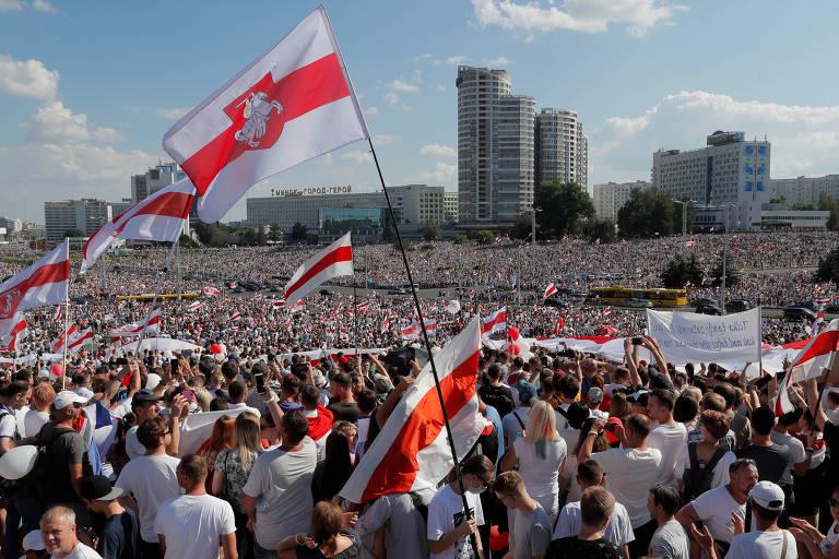 Milhares de manifestantes contrários a Lukachenko protestam em Minsk neste domingo