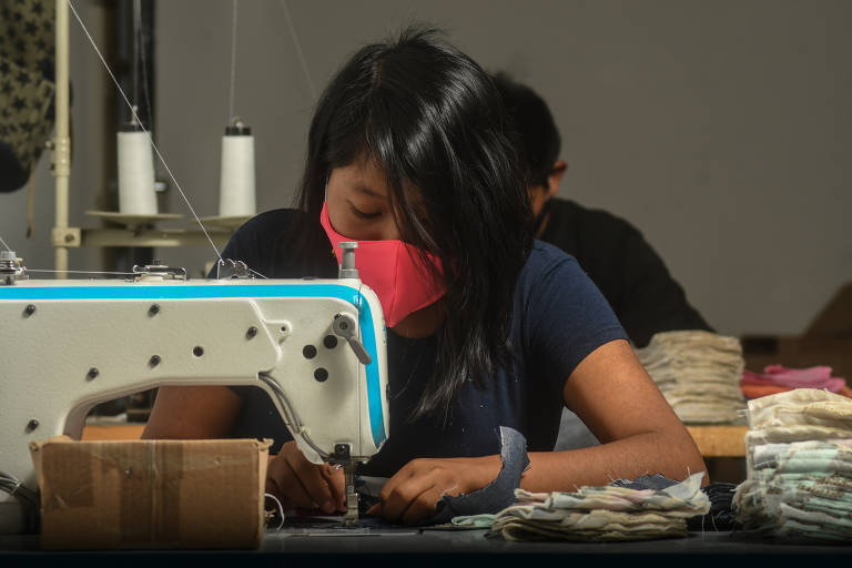 Movimento #EuCuido. Imigrantes, refugiadas, detentas e egressas do sistema prisional trabalham no projeto de fabricação de máscaras de tecido para ajudar no combate à pandemia do novo coronavírus. As participantes também recebem apoio psicológico gratuito. Olívia Aguilar, 25, boliviana, é costureira