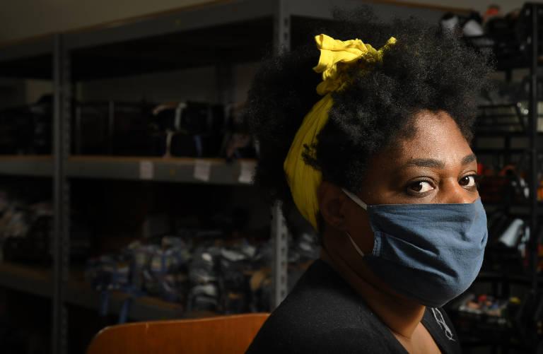Movimento #EuCuido. Imigrantes, refugiadas, detentas e egressas do sistema prisional trabalham no projeto de fabricação de máscaras de tecido para ajudar no combate à pandemia do novo coronavírus. As participantes também recebem apoio psicológico gratuito. Kizy Kaoana, 38, brasileira, trabalha no controle de qualidade