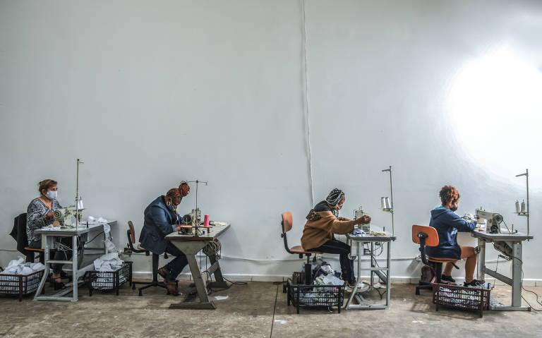 Movimento #EuCuido. Imigrantes, refugiadas, detentas e egressas do sistema prisional trabalham no projeto de fabricação de máscaras de tecido para ajudar no combate à pandemia do novo coronavírus. As participantes também recebem apoio psicológico gratuito