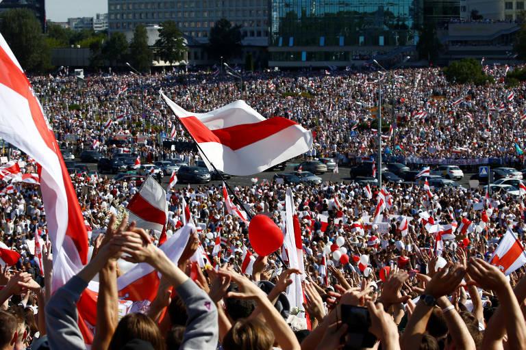 Belarus tem protestos a favor e contra o governo no domingo (16)