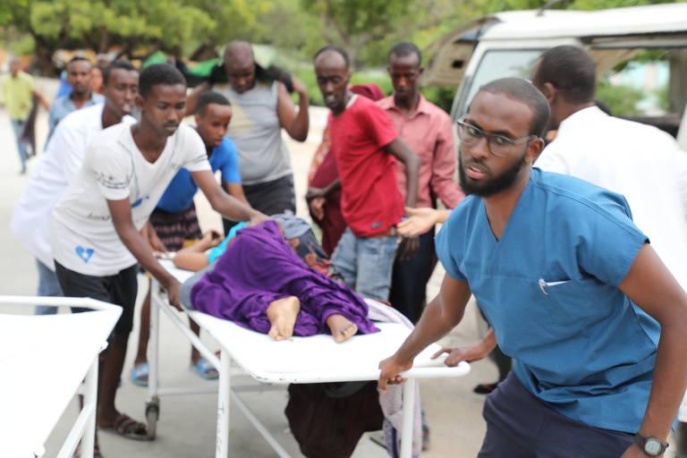 Feridos são retirados de hotel em Mogadício após ataque