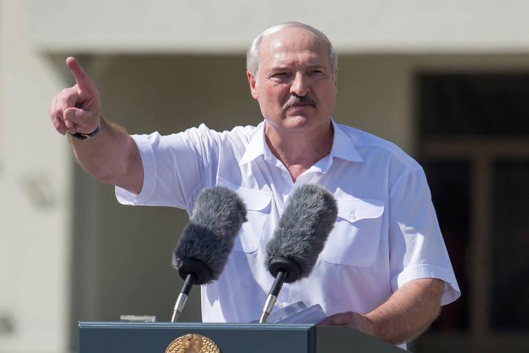 O ditador da Belarus, Aleksandr Lukachenko, discursa em ato pró-regime em Minsk