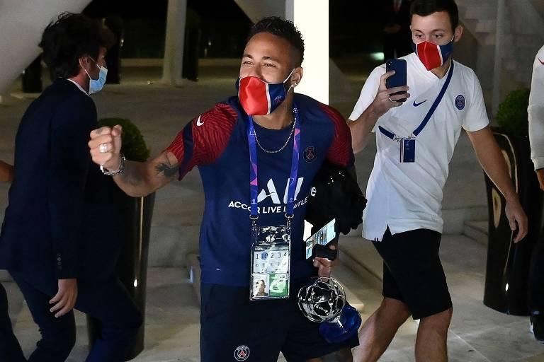 Filmado por um membro do estafe do PSG, Neymar cerra os punhos e vibra