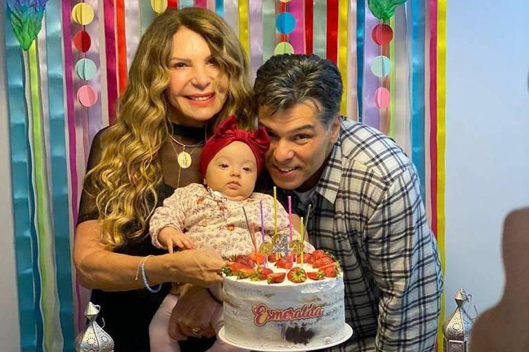 Mauricio Mattar e Elba Ramalho comemoram os quatro meses da neta Esmeralda