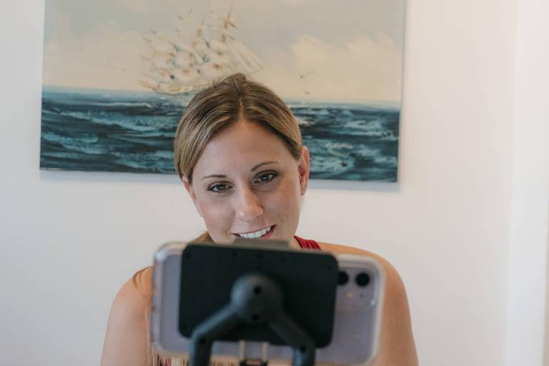 A ex-deputada dos EUA Katie Hill grava o primeiro episódio de seu novo podcast 'Naked Politics With Katie Hill', em sua casa, em Washington
