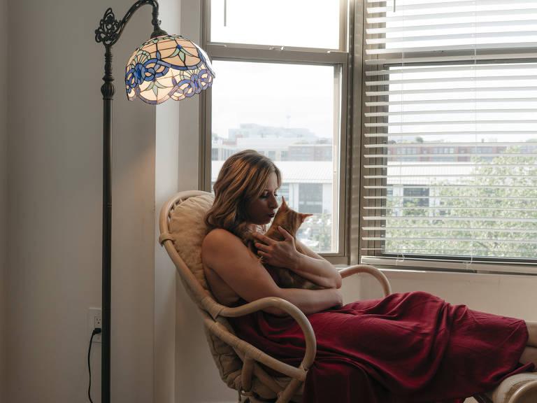 A ex-deputada Katie Hill acaricia seu gato em sua casa, em Washington