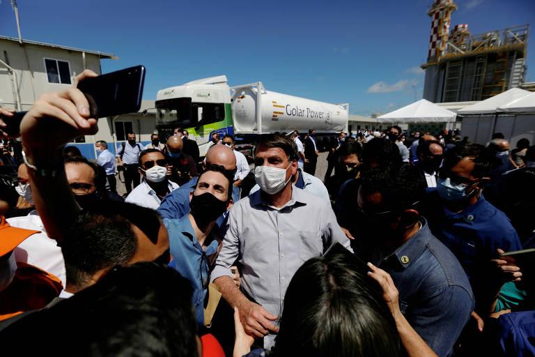 O presidente Bolsonaro tira foto com apoiadores durante inaguração de usina termoelétrica em Aracaju nesta segunda-feira (17)