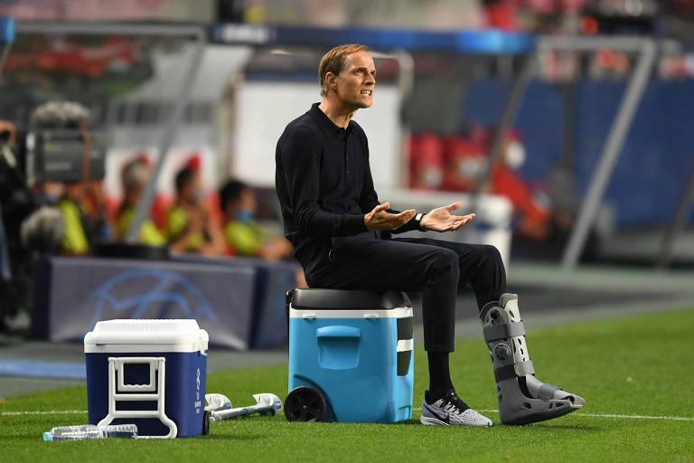 Thomas Tuchel comandou o PSG diante da Atalanta com a perna imobilizada por uma lesão