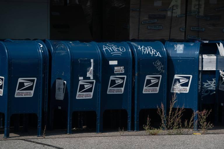 Caixas de correspondência do serviço postal americano em estacionamento de agência no Bronx, em Nova York