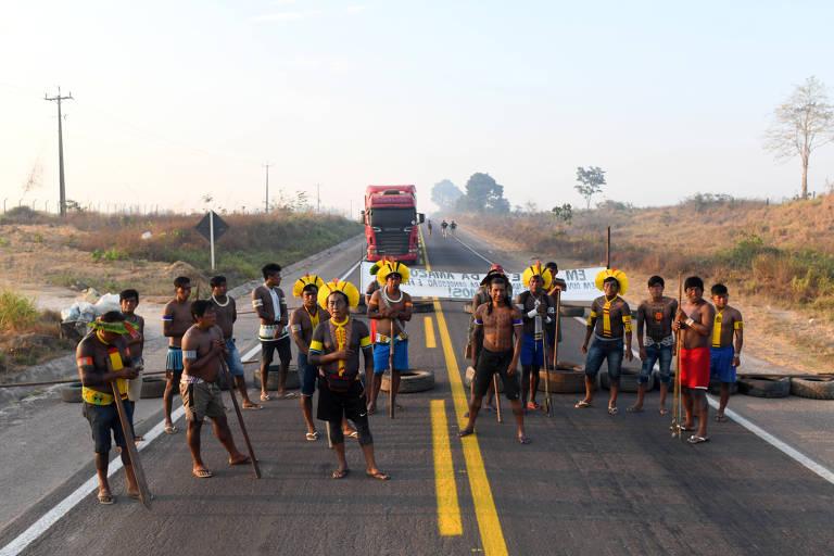 Índios Kayapos fazem bloqueio da BR-163 e impedem fluxo de caminhões