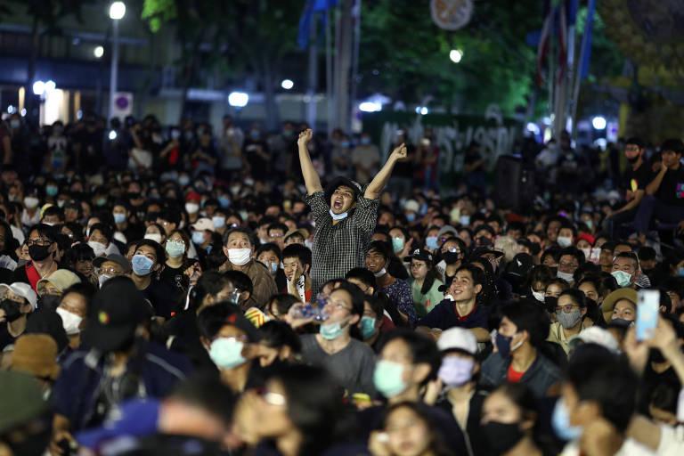 Manifestante pró-democracia durante protesto em Bancoc pela renúncia do governo tailandês