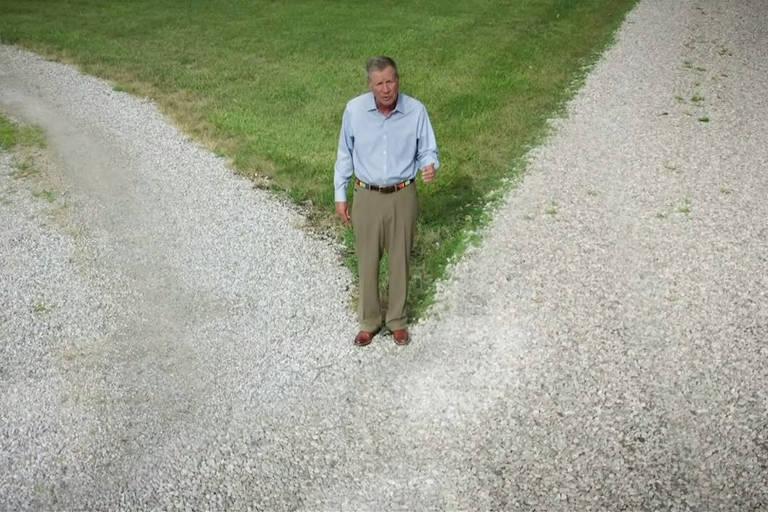 O republicano John Kasich, ex-governador de Ohio, participa da convenção nacional do Partido Democrata com discurso gravado em uma encruzilhada