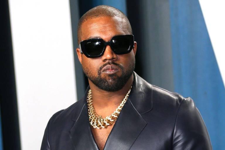 Kanye West coloca prêmio do Grammy na privada e faz xixi nele; assista
