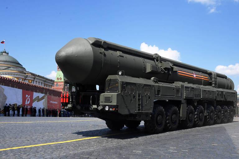 Míssil intercontinental russo Iars, que leva ogivas nucleares, em parada na praça Vermelha