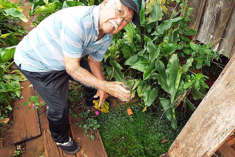 O aposentado Luiz Fukomoto, que oferece água da nascente para os visitantes