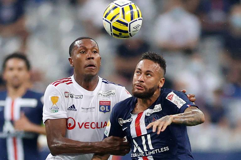 O zagueiro brasileiro Marcelo (à esq), do Lyon, marca Neymar, do PSG, em partida da final da Copa da França