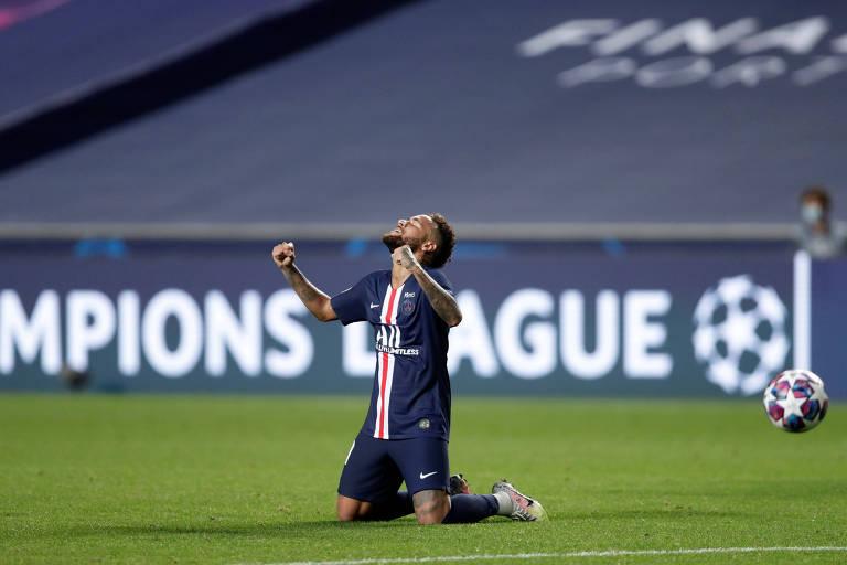 Neymar comemora, de joelhos, a classificação do PSG no Estádio da Luz