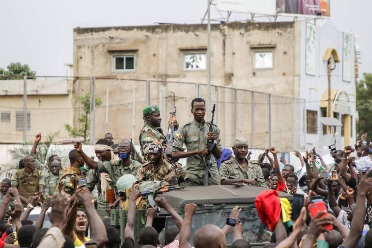 Membros das Forças Armadas do Mali celebram na praça da Independência, em Bamako
