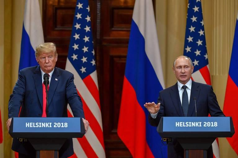 O presidente americano, Donald Trump (à esq.), e o presidente russo, Vladimir Putin, respondem perguntas após encontro em 2018, em Helsinki, na Finlândia