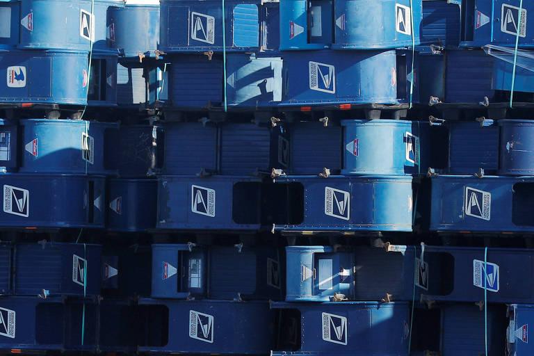 Caixas de correio do serviço postal americano em armazém em Hartford, no estado de Wisconsin