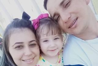 Nicolly Campos Zanesco e os pais, Letícia e Anderson.