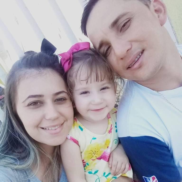 Nicolly Campos Zanesco e os pais, Letícia e Anderson;  a menina de 4 anos ficou internada 12 dias na UTI, sendo 10 intubada para se recuperar da Covid-19