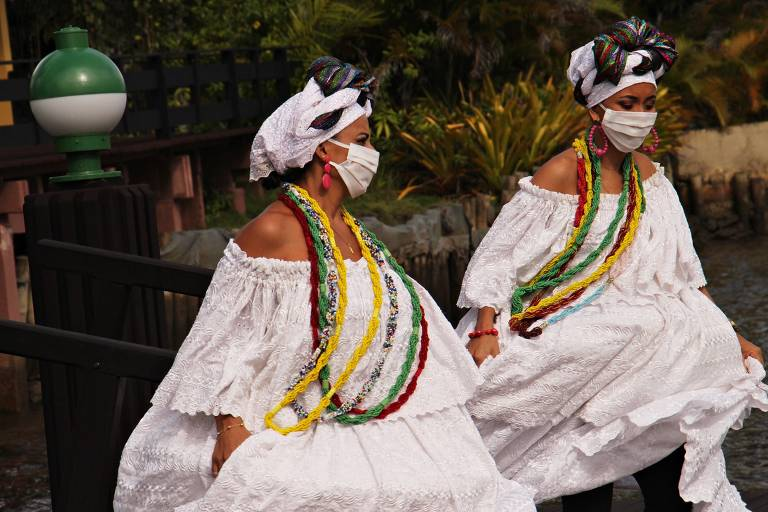Baianas usam máscara para receber visitantes no resort Transamerica Comandatuba, na Bahia