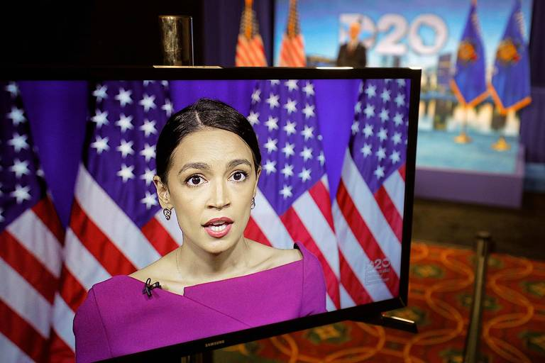 A deputada Alexandria Ocasio-Cortez (Nova York) discursa durante o segundo dia da convenção nacional do Partido Democrata