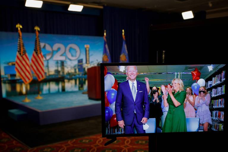 Joe Biden é aplaudido pela mulher, Jill Biden, após ser oficializado como candidato democrata à Presidência dos EUA