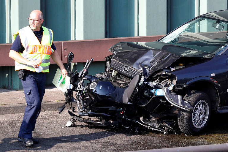Policial na cena onde um homem atropelou carros deliberadamente em Berlim