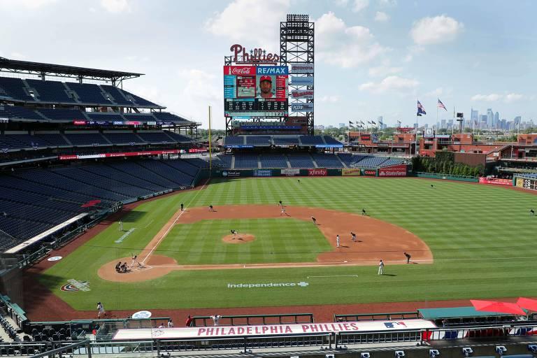 Miami Marlins e Philadelphia Phillies em jogo da MLB, na Filadélfia, com o estádio Citizens Bank Park vazio
