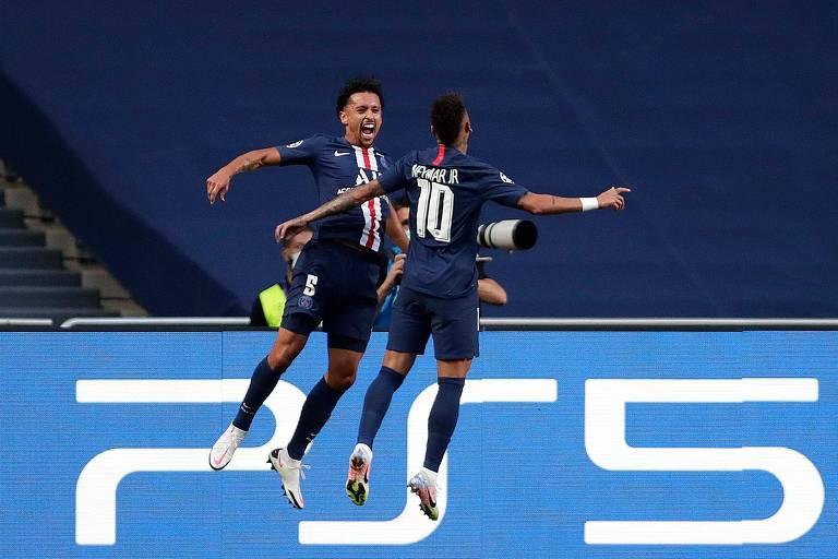 Neymar (camisa 10) e Marquinhos comemoram o primeiro gol do PSG na semifinal da Champions League, contra o RB Leipzig