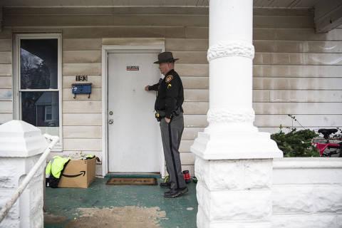 CLERMONT - COLORADO - EUA - 04.02.2020 - O sub-xerife, Steve Singleton, durante bate na porta de casa de usuário de opióide cadastrado em programa.  (Foto: Danilo Verpa/Folhapress, COTIDIANO) ***ESPECIAL DROGAS*** ***NAO UTILIZAR*** ***EXCLUSIVO***