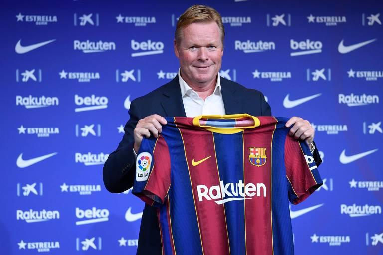 Ex-jogador do clube, Koeman posa com a camisa do Barcelona em sua apresentação