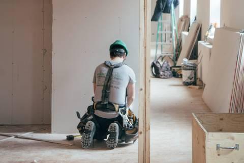 Homem em um local de construção