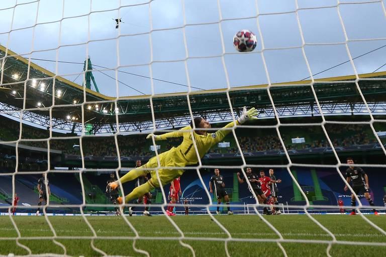 Anthony Lopes salta, mas não consegue evitar o gol de Serge Gnabry, que abriu o placar para o Bayern