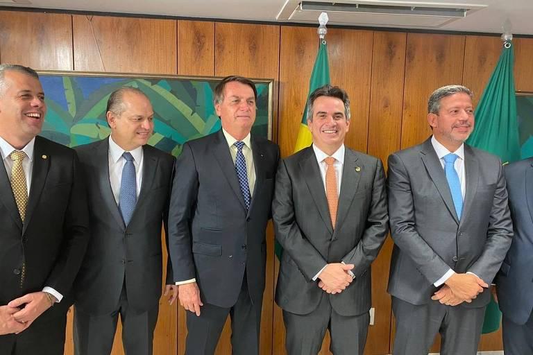 Parlamentares homens posicionados lado a lado com o presidente no meio