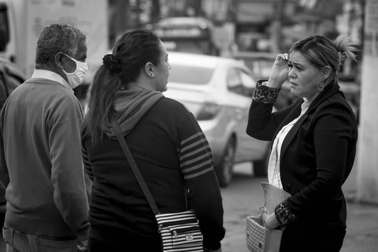 Mulheres conversam sem máscara no Grajaú, zona sul de São Paulo