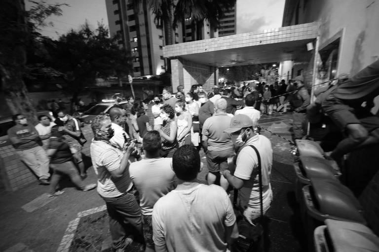Manifestantes se reúnem diante de hospital em Recife para protestar contra o aborto legal em uma menina de dez anos grávida após ser estuprada